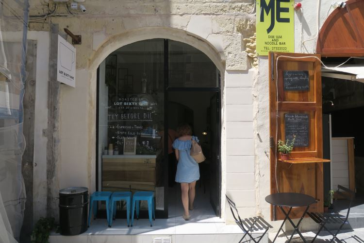 Der Eingang des Lot Sixty One Cafe in Valletta.